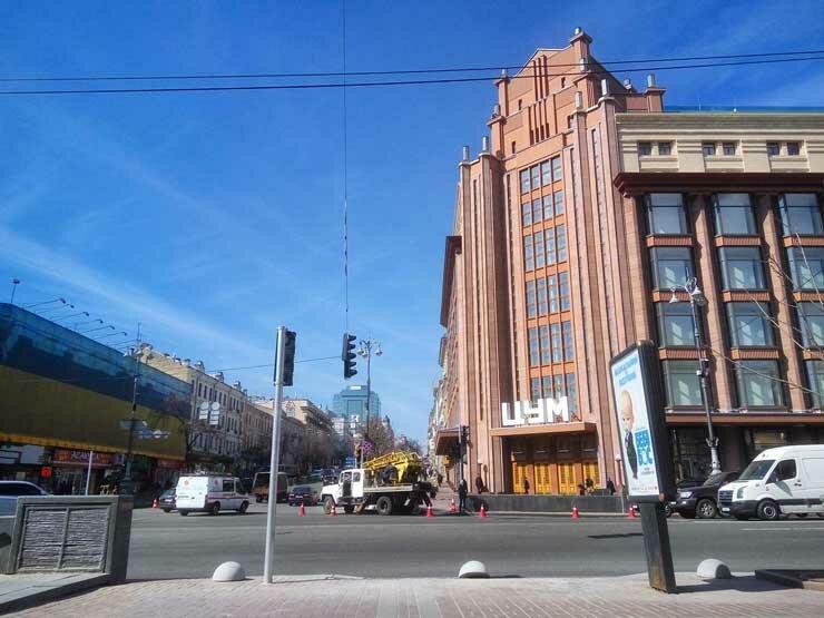 ВКиеве наКрещатике устанавливают первые светофоры для пешеходов