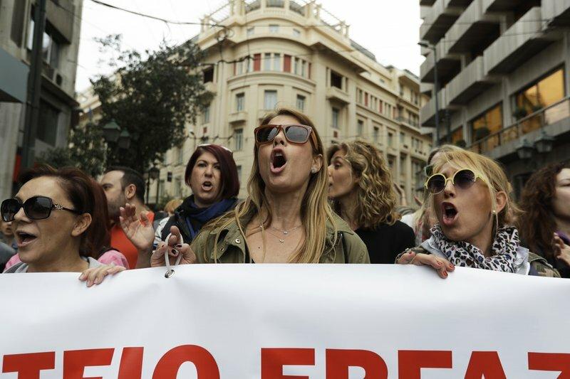 «Коктейли Молотова» против слезоточивого газа: вГреции забастовка переросла вбеспорядки