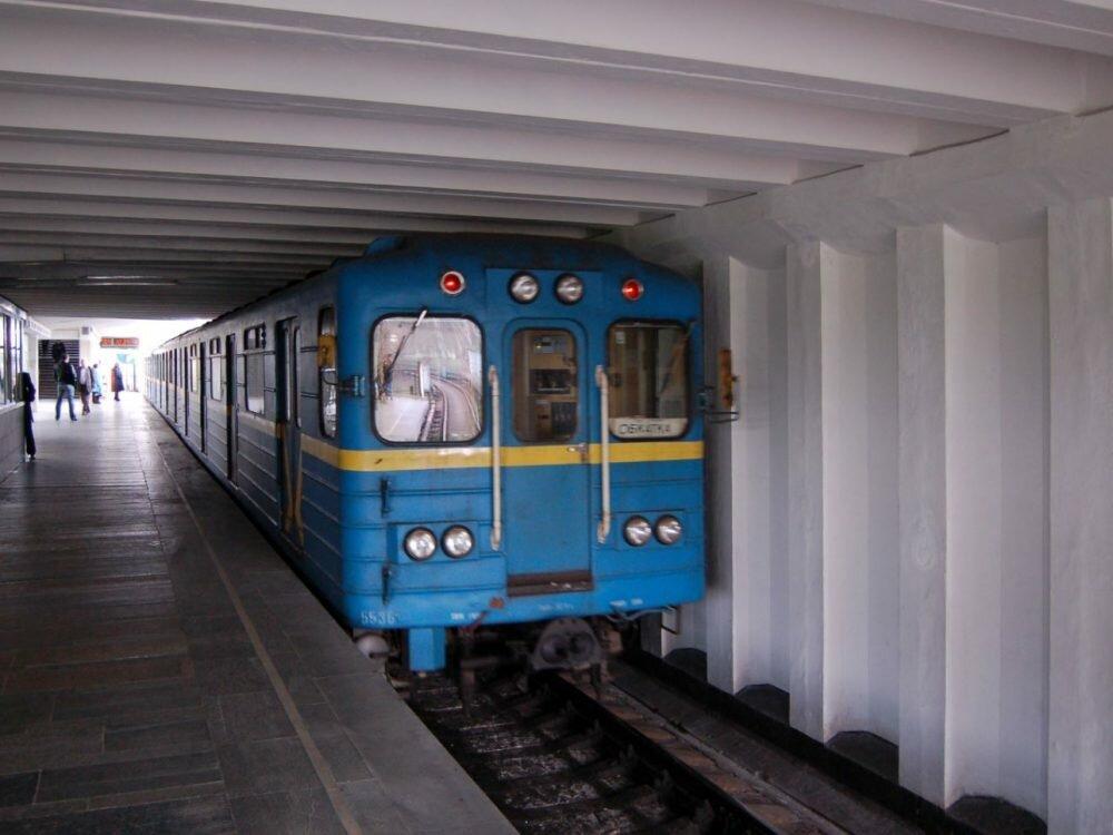 Вметро украинской столицы пассажир упал нарельсы