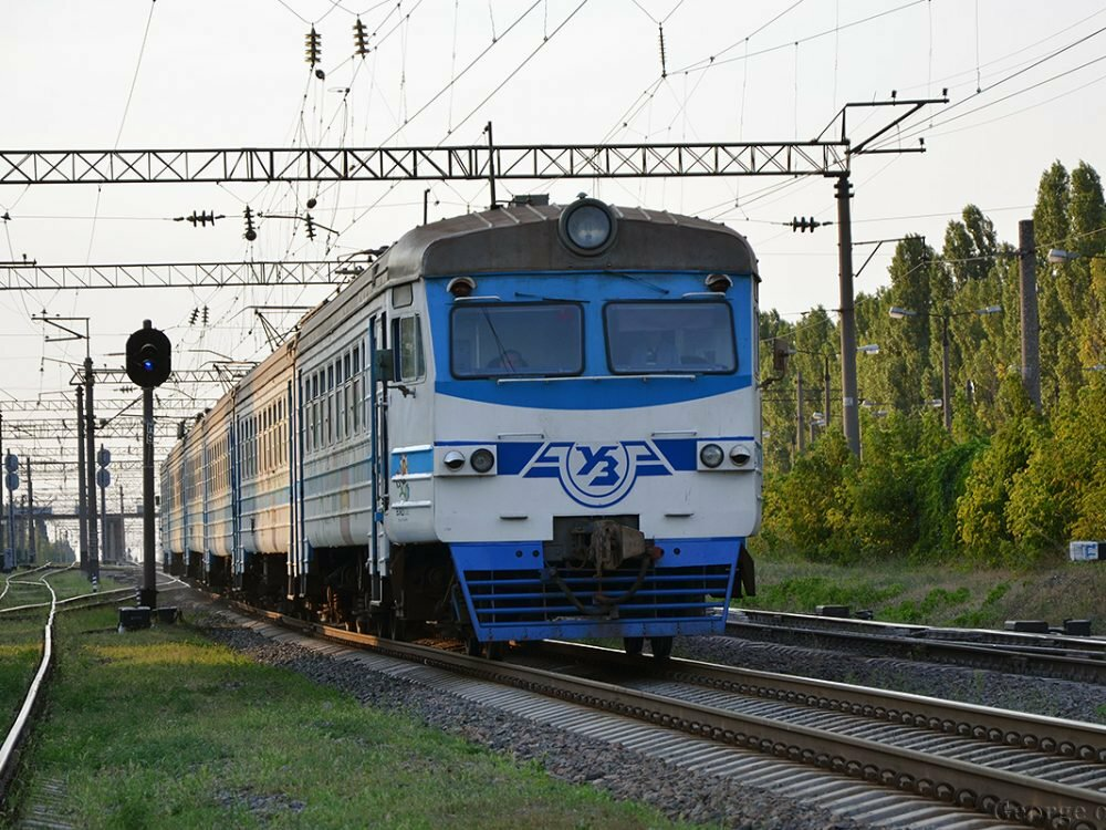 50 человек вмасках остановили электричку Гребенка— Киев иразрисовали восемь вагонов