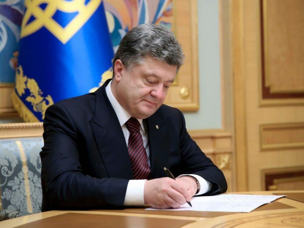 Порошенко подчеркнул государственными наградами экс-президентов Франции иГермании