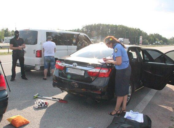 Милиция задержала уголовного авторитета снаркотиками иянтарем вбагажнике