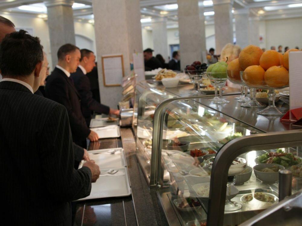 Всети интернет рассказали, насколько подорожала семга иосетрина вдепутатской столовой