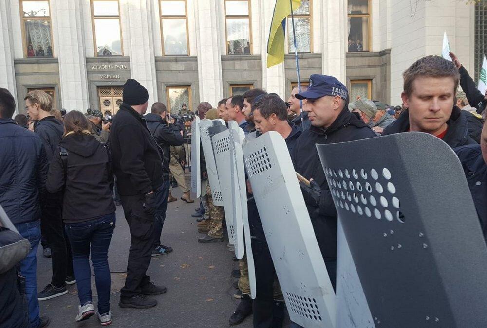Около парламента Украины начались новые столкновения