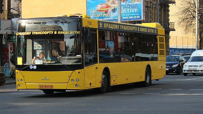 Девушка-пассажир серьезно пострадала при нападении наавтобус вКиеве