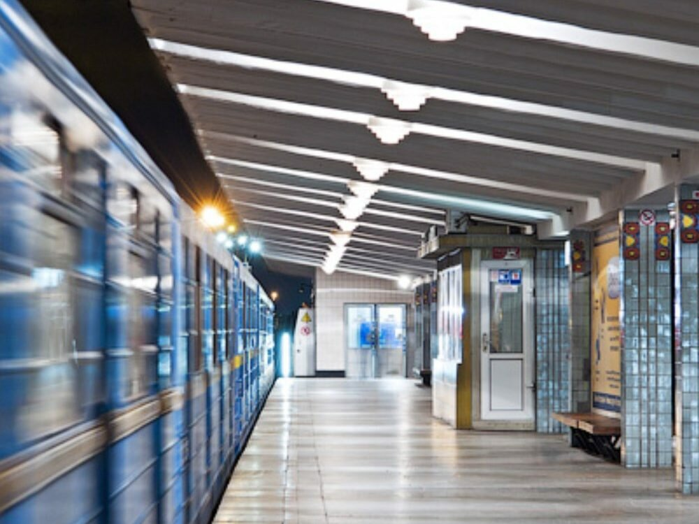 Вкиевском метро умер мужчина, прыгнувший под поезд