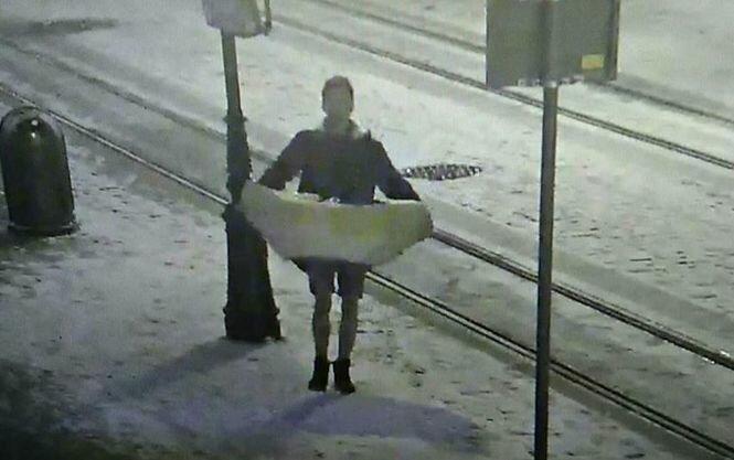 Вгосударстве Украина мужчина вшортах похитил люльку сИисусом