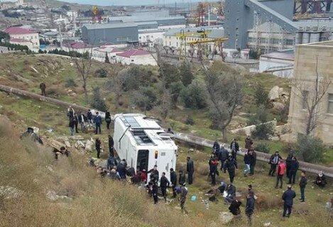 Пассажирский автобус перевернулся встолице Азербайджана: пострадали 12 человек