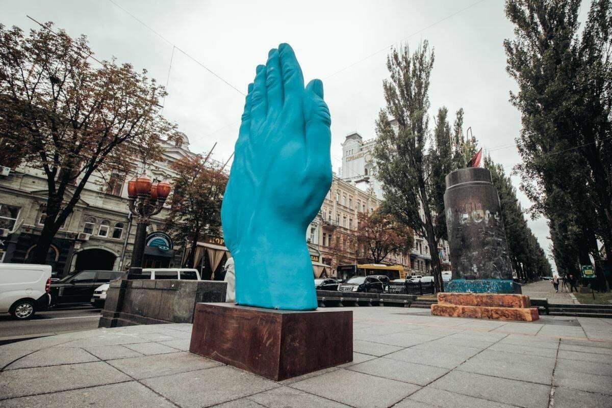 ВКиеве демонтировали огромную синюю руку
