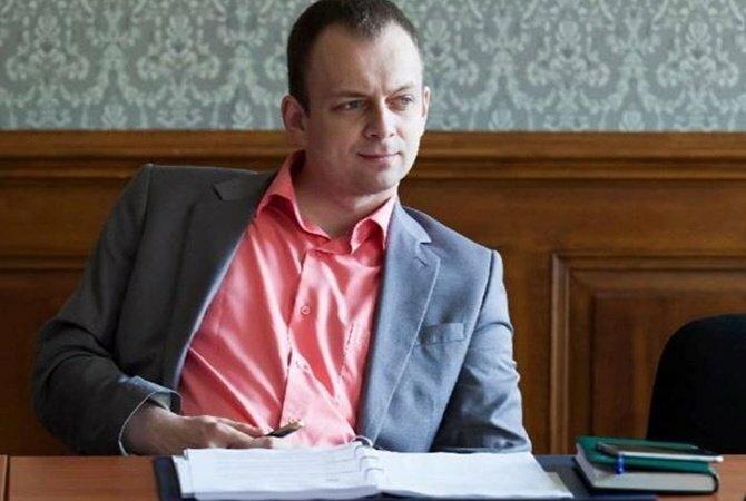 Экс-прокурору Сусу надели электронный браслет
